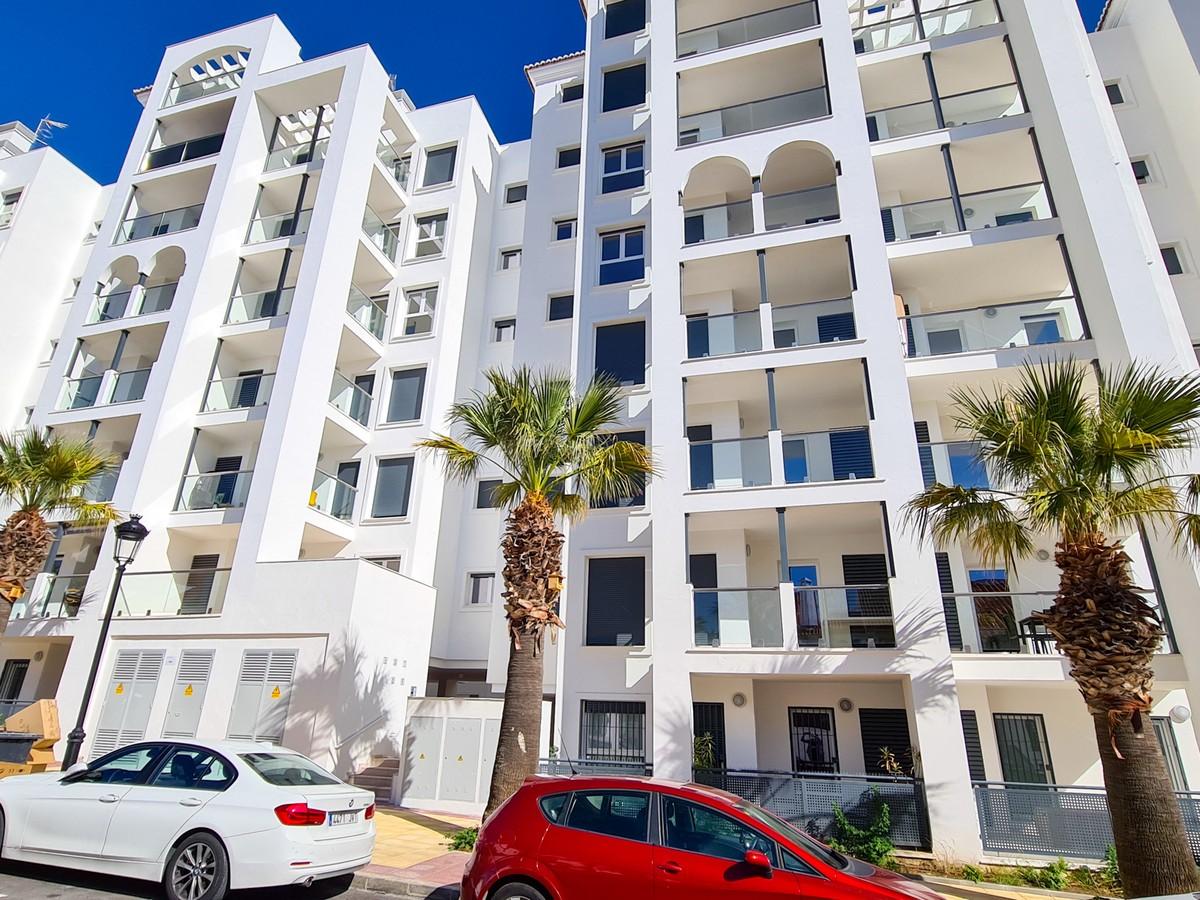 Apartamento de 3 dormitorios en venta en Estepona – R3750922 en