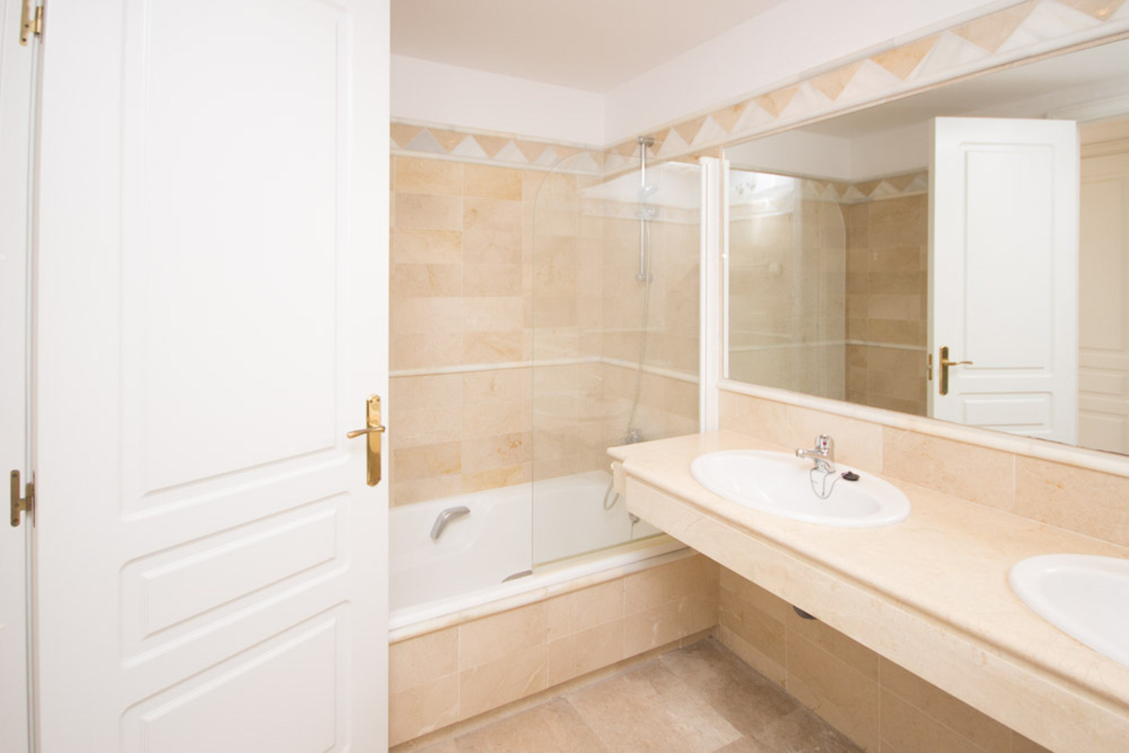 Elviria-Hills-2-bedroom-apartment-bathroom