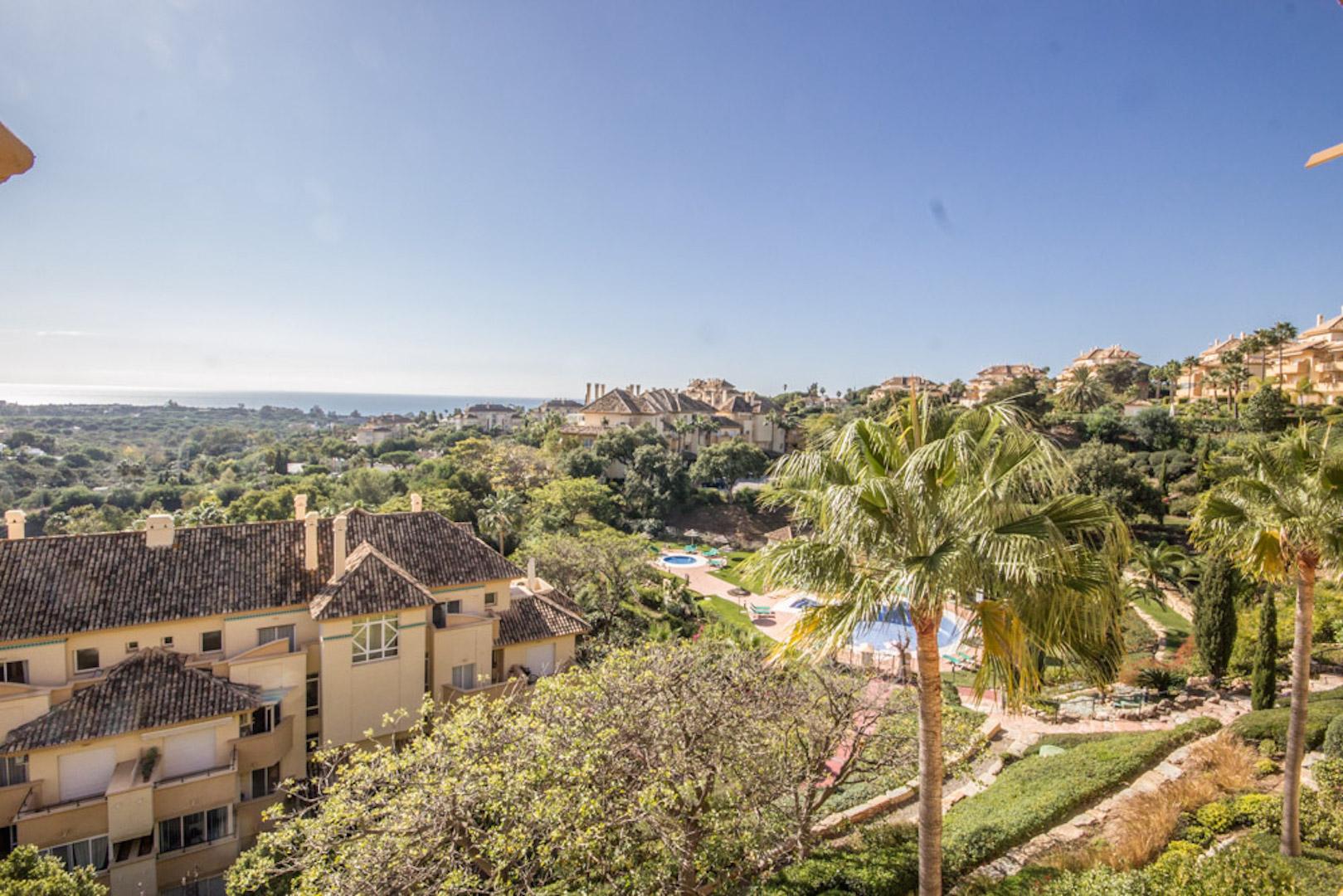 2 bedroom apartment with panoramic sea views in Elviria Hills