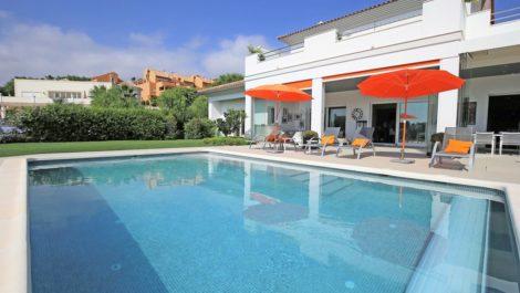 Villa de 5 dormitorios en venta en Elviria – R3260938 en