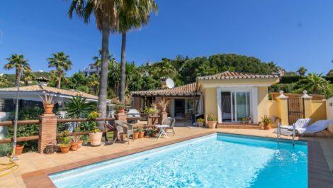 Villa de 2 dormitorios en venta en Estepona – R3855472 en