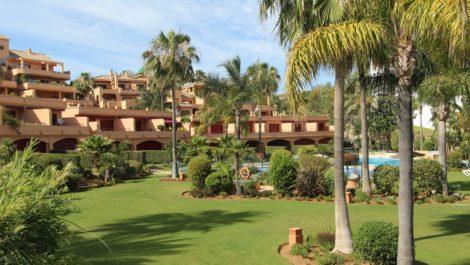 Apartamento de 2 dormitorios en venta en Estepona – R3828226 en